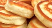 Пишні оладки з сиром на кефірі, рецепт без дріжджів: відмінний варіант до сніданку і для перекусу
